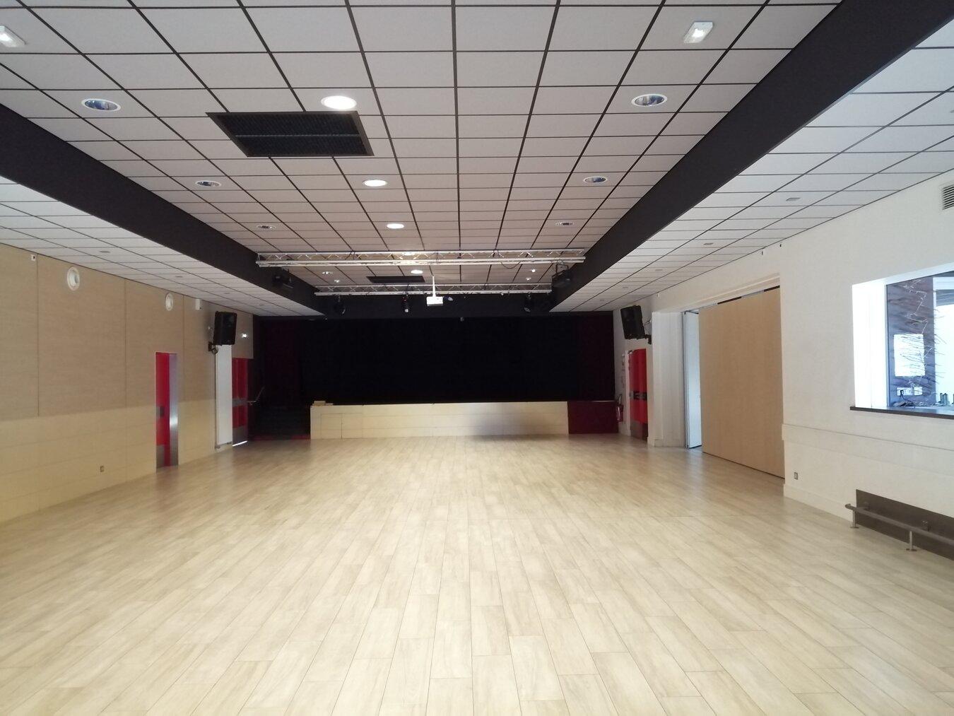 La grande salle, projecteur et écran